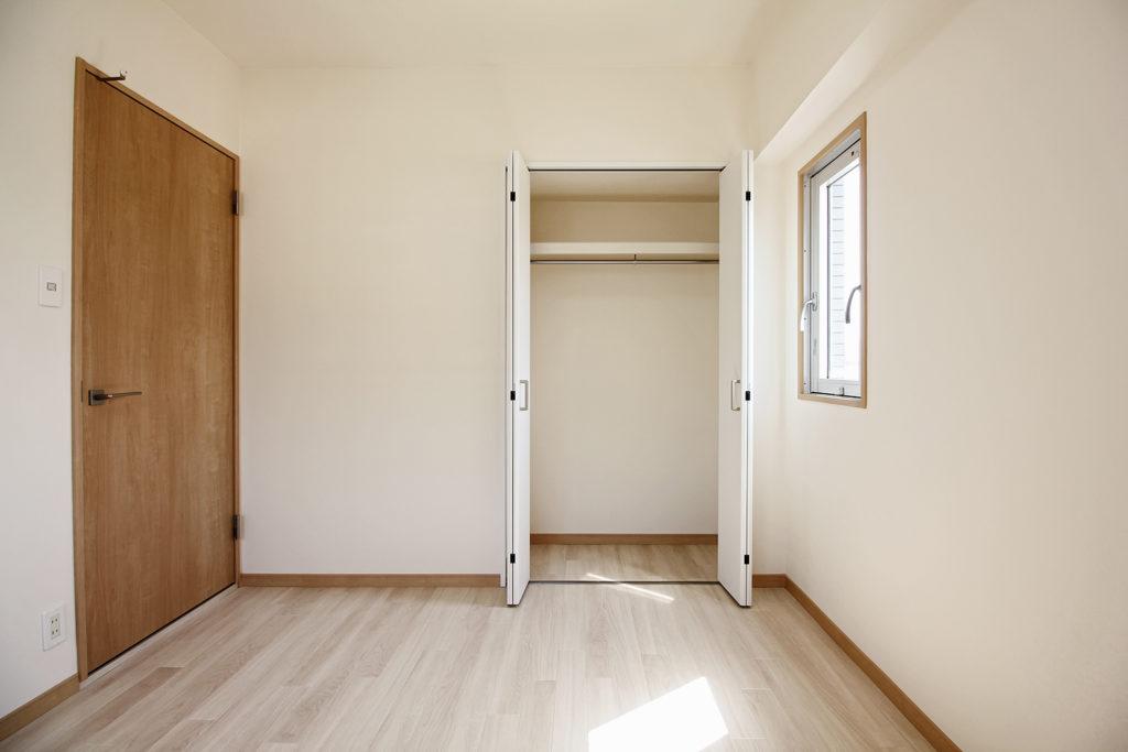 洋室のクローゼットを部屋のサイズに合わせて少し小さくしました。小さくても収納スペースは十分確保しています。