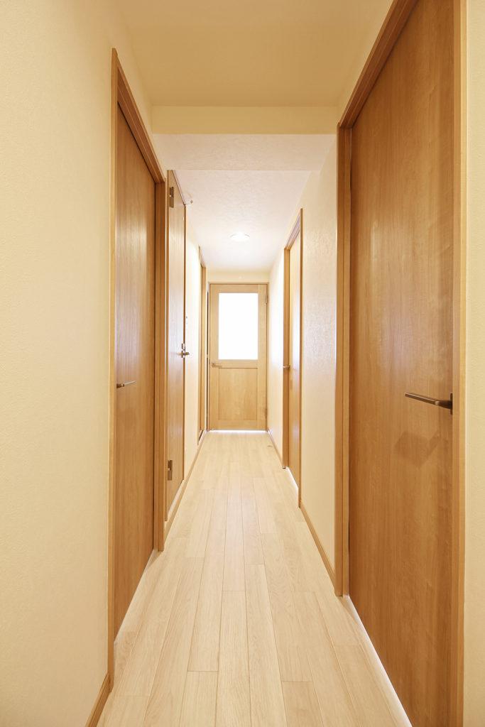 廊下はクリエペールの建具に囲まれた空間に。LDKから差し込む光がとても綺麗ですね。