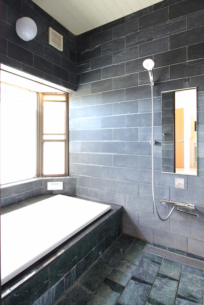 タイル張りの浴室はそのまま活かして浴槽のみ交換しました。