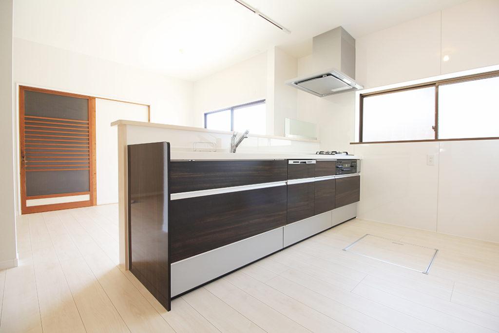 L型だったキッチンを対面式に変更しました。家事をしながら子どもたちの様子も見やすくなりました。