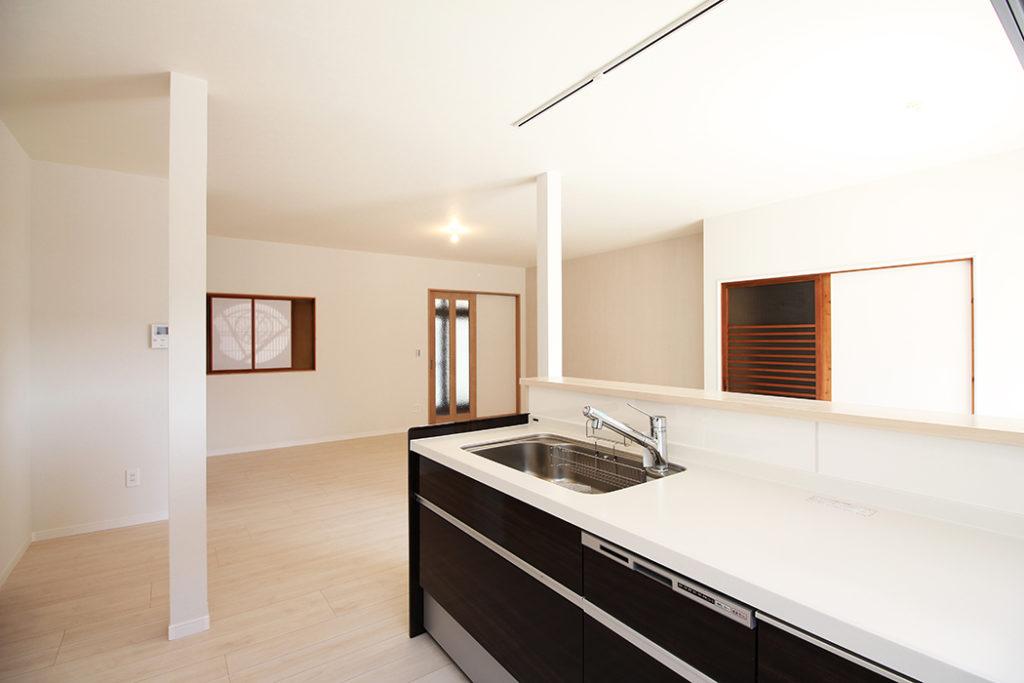 ダイニングキッチンの隣は約10畳の和室でしたが、今回LDKへ変更しました。既存の障子や扉は活かしたデザインになっています。