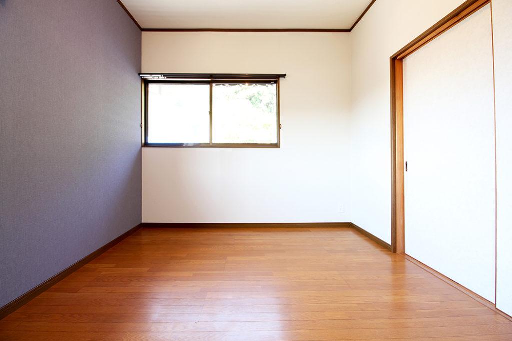 既存の床が落ち着いた色合いだったため、2階の洋室はネイビーの壁紙をアクセントに使用しました。