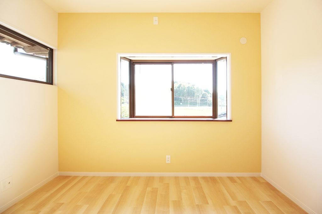 1室にはビタミンカラーの壁紙を貼りました。明るく楽しい気持ちになります。