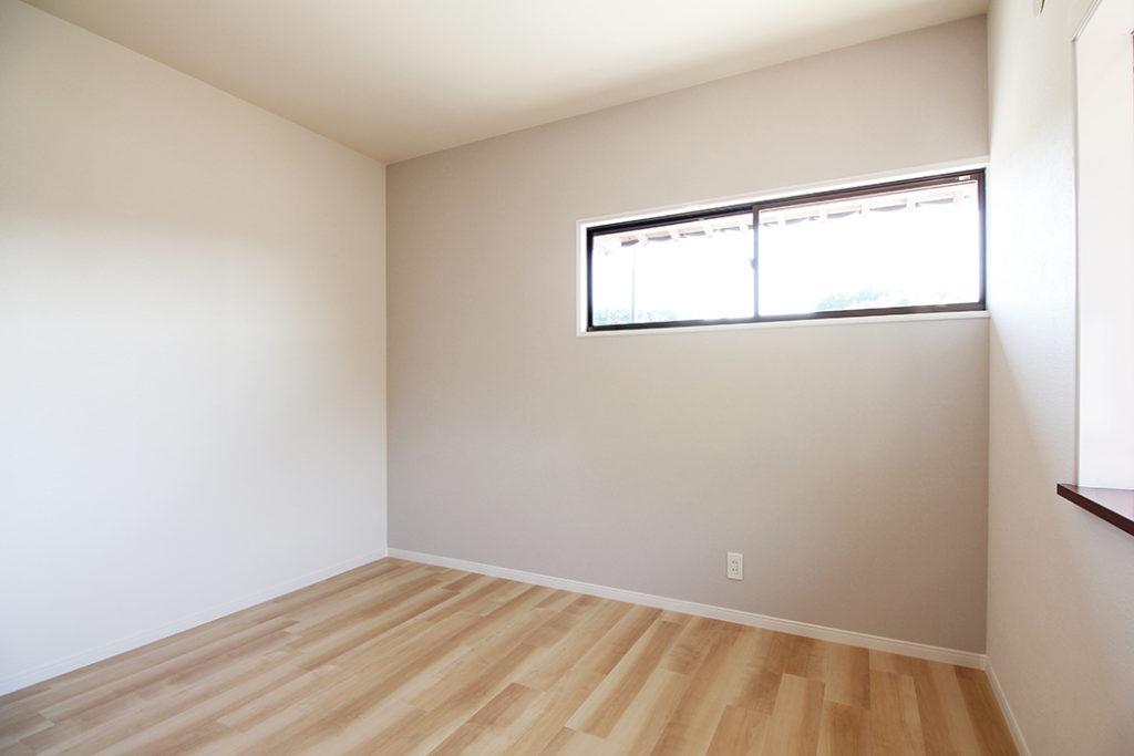2階の子ども部屋にはアクセントとしてグレーの壁紙を貼りました。床材との相性がとても良いですね。