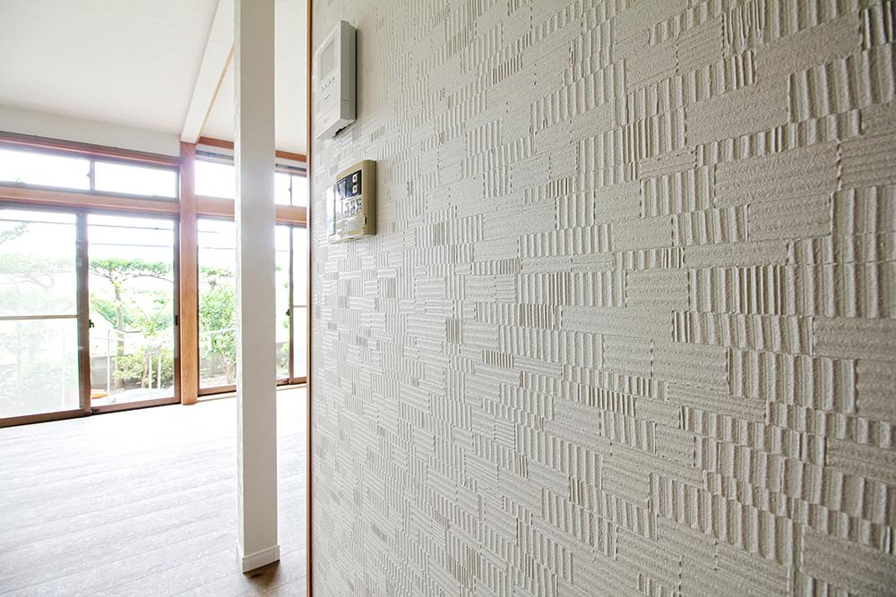 LDKの壁は、塗り壁のような手触りの壁紙へ貼り替えました。
