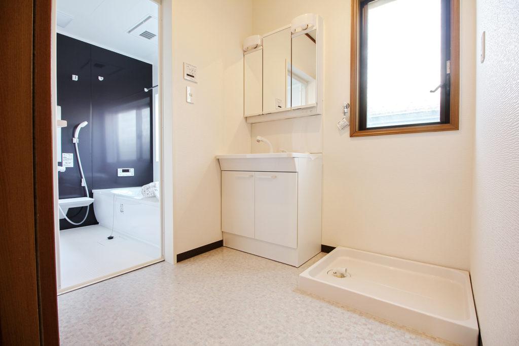 洗面脱衣室は清潔感のある白で全体を統一しました。