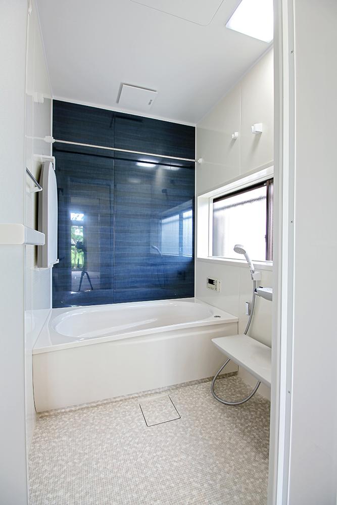 以前はタイル張りの在来浴室でしたが、今回TOTO・サザナシリーズのユニットバスを設置しました。