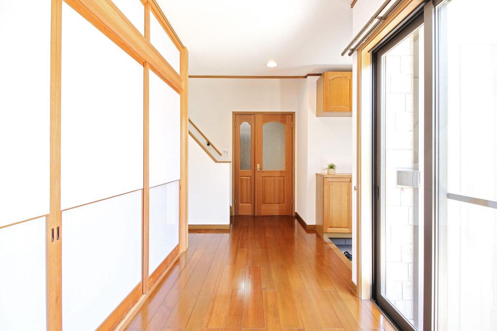 玄関通路は白の壁紙に貼り替えました。以前よりも清潔感あるエントランスになりました。