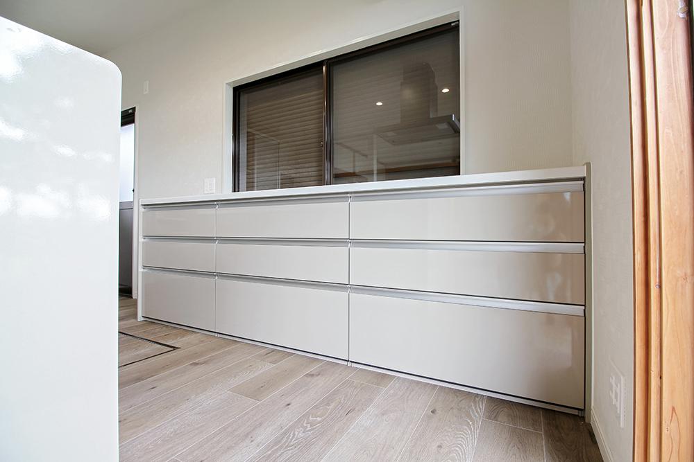 キッチンと同色の引出収納も設置しました。全て引出しにすることでより整理整頓がしやすいキッチンになりました。