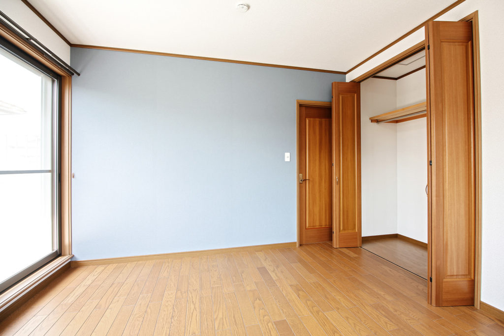 2階の洋室(約13㎡)には、すっきりとしたブルーの壁紙をアクセントとして採用しました。