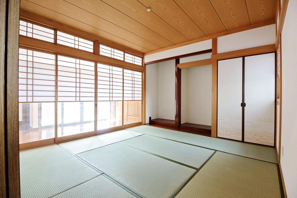和室は壁紙の貼替に加えて、畳の表替えと襖障子の貼替を行いました。