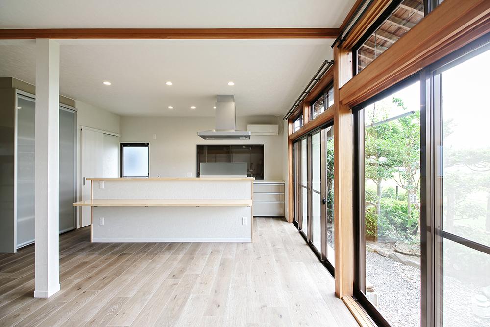 壁付けだったキッチンをアイランド型にしました。リビングは長押など和室特有の名残が残ったデザインに。