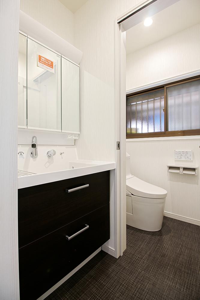 洗面化粧台はLIXILのピアラを採用しました。洗面器が深くて広い使いやすい洗面化粧台です。