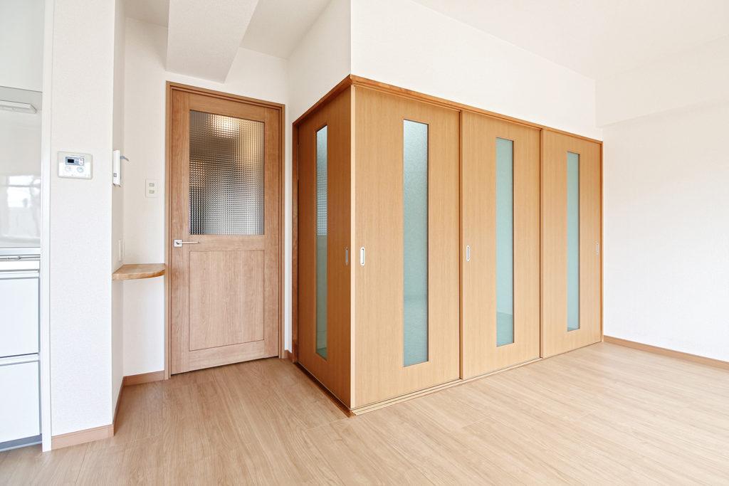 和室の3枚引戸は今回製作しました。縦スリットでガラスを入れることで、閉じていても窓からの光を感じることが出来ます。