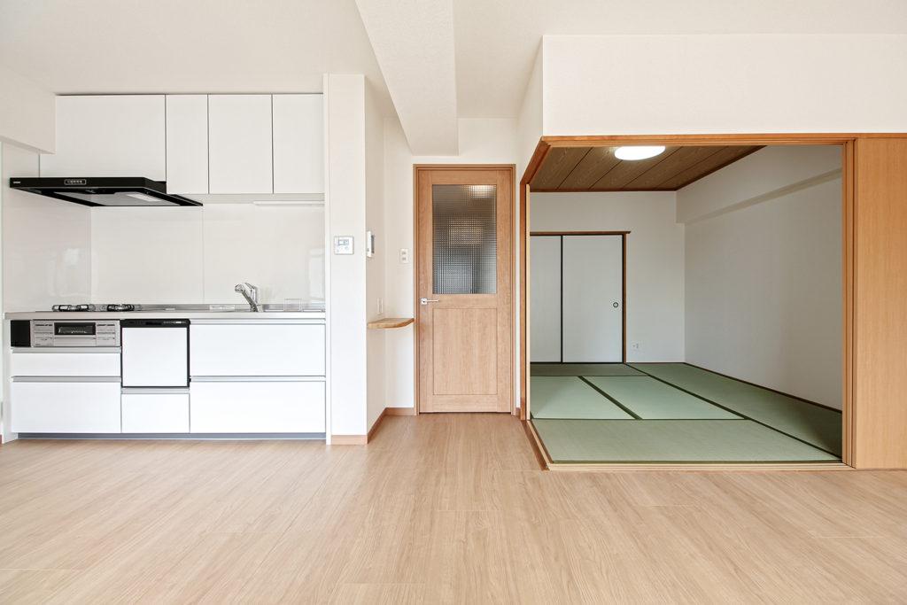 建具はLIXILのラシッサSを使用し、和室の建具色も既製建具に合わせています。
