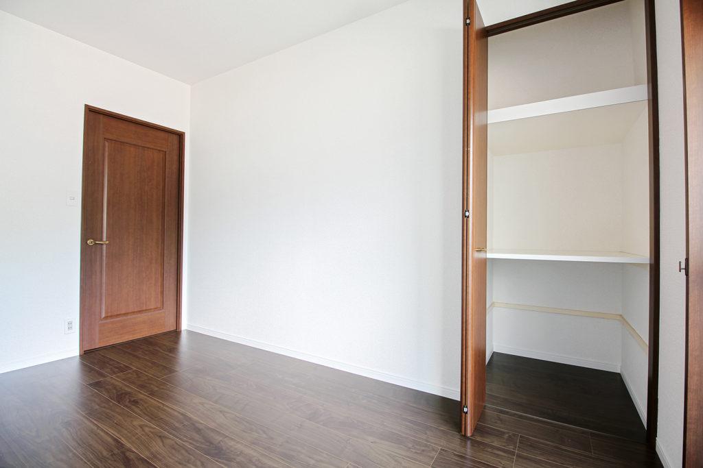 洋室は全てクロスの貼り替えとフローリングの張り替えを行いました。開き戸はドアハンドルを交換しました。