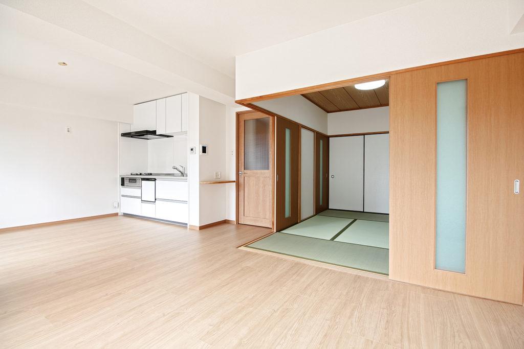 フローリングは、全室DAIKENのルームアートを張りました。キッチンはTOTOのミッテを採用しています。