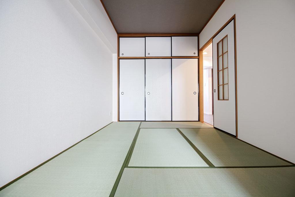 和室は畳の表替えとクロスの貼り替えを行いました。天井は和天井からクロス仕上に変更しました。