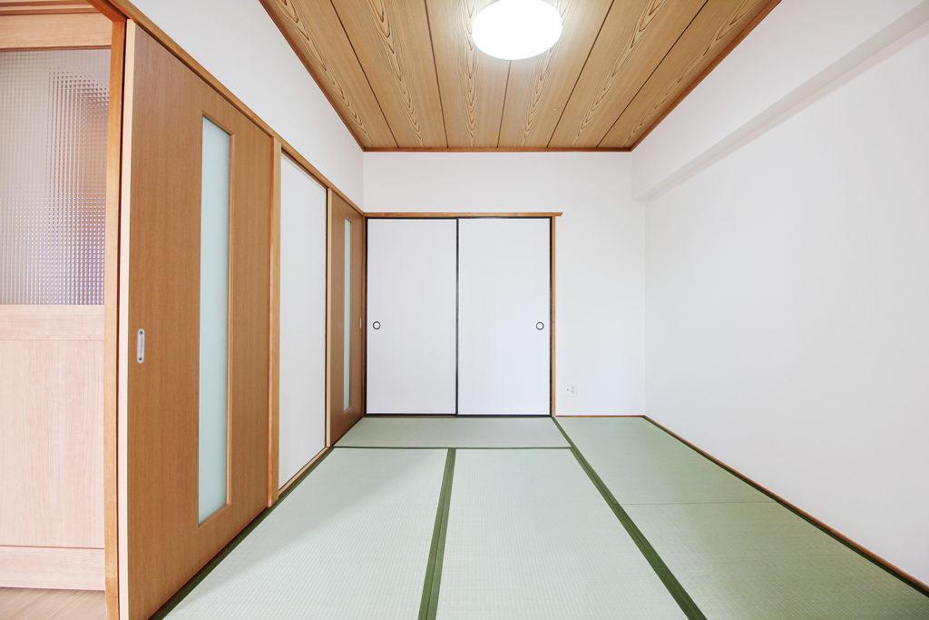 和室は壁紙の貼替と畳表替えを行いました。全面を白にしたことで、明るい和室となりました。