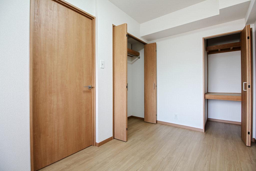 洋室の建具もクローゼット含めて全てLIXILのラシッサSに取り替えました。温かみのあるカラーにしたことで過ごしやすい居室となりました。